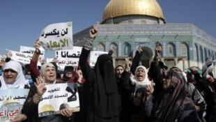 زنان فلسطینی در برابر مسجدالاقصی روز 27 سپتامبر 2015.