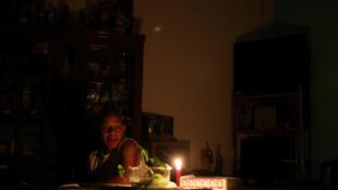 Un hombre usa una vela en su cada surante el apagón en Caracas, el 27 de marzo de 2019.