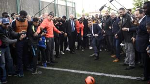 Le candidat d'En Marche! Emmanuel Macron en visite à Sarcelles, en banlieue parisienne, le 27 avril 2017.