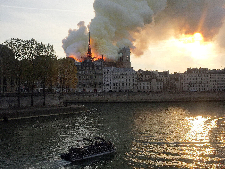 Nhà Thờ Đức Bà Paris bị hỏa hoạn - nhìn từ sông Seine, ngày 15/04/2019
