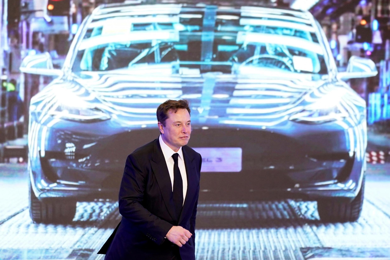 Elon Musk, le PDG du constructeur automobile américain Tesla, devant l'un de ses modèles, le 7 janvier 2020.