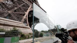 Một phần bức tường kính dầy 6,5 cm bảo vệ Tháp Eiffel, ngày 14/06/2018.