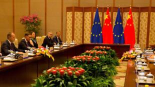 Le président chinois Xi Jinping rencontre les présidents de la Commission européenne et du Conseil européen Jean-Claude Juncker et Donald Tusk, le 16 juillet 2018 à Pékin.