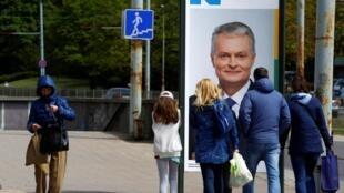Une affiche électorale placardée dans les rues de Vilnius, le 9 mai 2019.