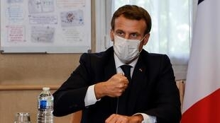 Emmanuel Macron à l'hôpital de Pontoise, le 23 octobre 2020.