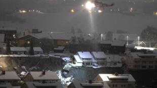 Un helicóptero de rescate sobrevuela el lugar del deslizamiento de tierra, el 31 de diciembre de 2020 en Ask, al norte de Oslo