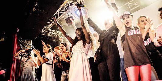 Victoria Kawesa, no centro da foto, se tornou chefe do partido Iniciativa Feminista