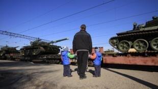 Крым, российские танки на железнодорожной станции близ Симферополя, апрель 2014.