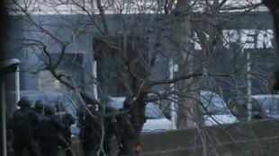 Les forces du Raid lancent l'assaut contre une supérette casher porte de Vincennes, le 9 janvier 2015.