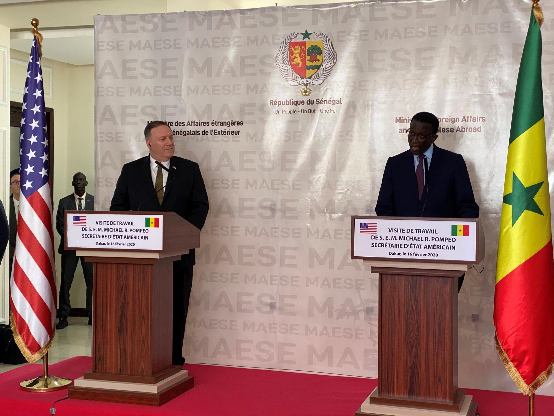 Waziri wa Mambo ya Nje wa Marekani Mike Pompeo na mwenzake wa Senegal Amadou Ba katika mkutano na waandishi wa habari huko Dakar, Februari 16, 2020.