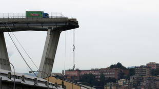 Cầu Morandi ở Genova (Ý) bất ngờ sập, ngày 14/08/2018. Trong ảnh, một chiếc xe hơi may mắn thoát nạn.