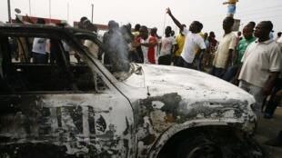 Un véhicule de l'Onuci brulé dans le quartier de Cocody Riviera à Abidjan, le 13 janvier 2011.