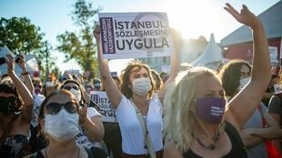 Des femmes manifestent pour le maintien de la Convention d'Istanbul contre les violences faites aux femmes, le 5 août 2020, dans la métropole turque.