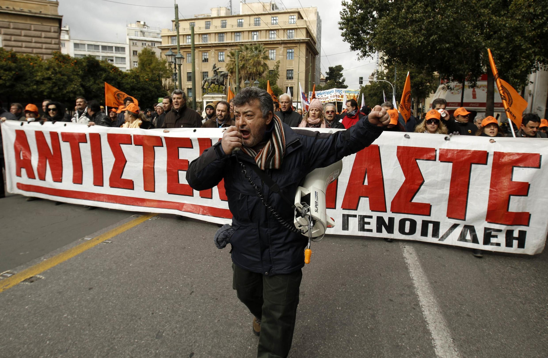 Члены профсоюза государственной энергетической компании на манифестации протеста в Афинах 09/02/2012