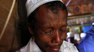Một người Hồi giáo khóc khi một nhóm người phá hủy ngôi đền ở ngoại ô Rangoon, Miến Điện, 24/06/2016.