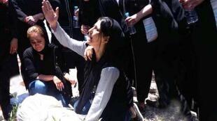 مادر علیرضا شیرمحمدعلی هنگام خاکسپاری فرزند بله قتل رسیده اش در زندان فشافویه