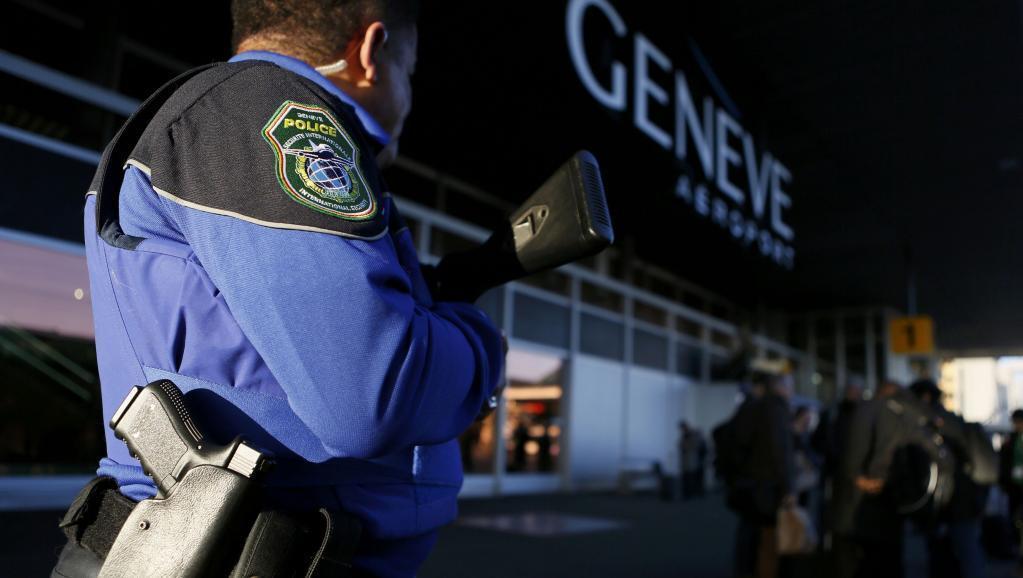 Askari polisi katika mlango wa uwanja wa ndege wa Geneva, Desemba 10, 2015.