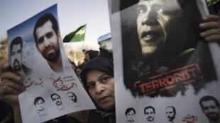 Le scientifique Mostafa Ahmadi Roshan, sur l'affiche de gauche, lors de ses funérailles le 13 janvier 2012.