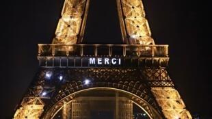 Vendredi 27 mars, on pouvait lire «Merci» et des messages incitant à rester chez soi sur la tour Eiffel, à Paris.
