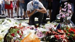 Coroas de flores em homenagem às vítimas foram depositadas no local onde aconteceu o atentado de Nice. 15 de julho de 2016.