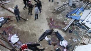 Повстанцы возле тел убитых джихадистами в больнице Алеппо 08/01/2014