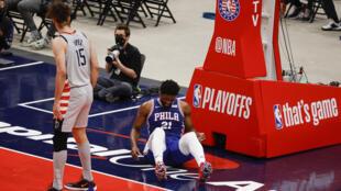 Joel Embiid, estrella de los Philadelphia 76ers, en el suelo tras su caída en el cuarto partido de la serie ante los Washington Wizards del lunes.