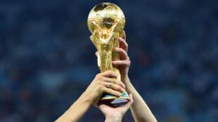 Le trophée de la Coupe du monde.