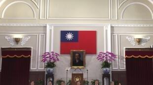 Tổng thống Mã Anh Cửu cùng các quan chức chính phủ họp báo tại phủ tổng thống tại Đài Bắc ngày 5/11/2015, thông báo về cuộc gặp thượng đỉnh với Hoa Lục sắp tới.