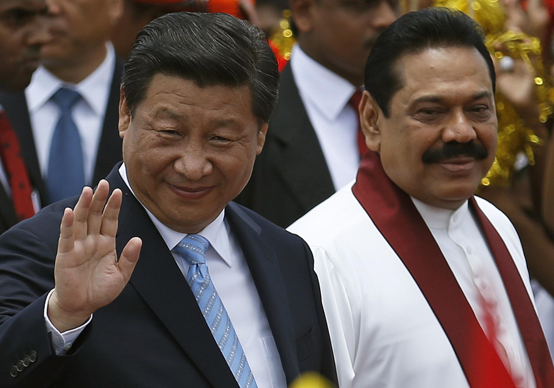 Ông Mahinda Rajapaksa (P) lúc còn làm tổng thống, đón Chủ tịch Trung Quốc Tập Cận Bình, tại sân bay quốc tế Bandaranaike International Airport, Katunayake, 16/09/014