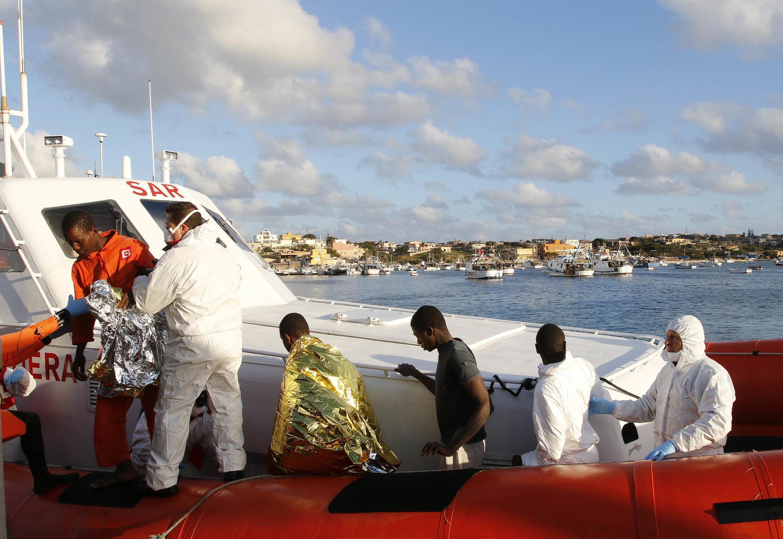Rescapés d'un naufrage accostant au port de Lampedusa, le 11 février 2015.