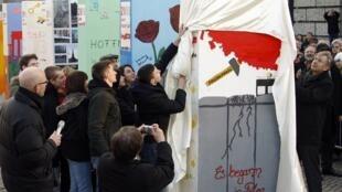 Premier domino à tomber lors des festivités berlinoises, celui représentant la Pologne. On peut y lire «cela a commencé en Pologne».