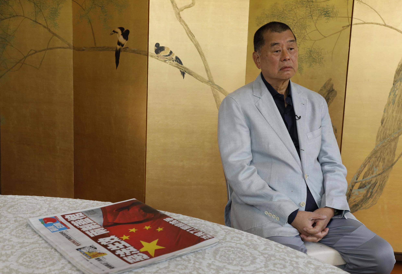 Le magnat de la presse Jimmy Lai pose à côté de l'édition du jour du célèbre Apple Daily, porte-voix du camp pro-démocratie, le 1er juillet 2020 lors d'une interview.