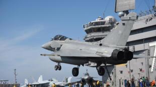 Chiến đấu cơ Rafale thuộc Hải Quân Pháp hạ cánh xuống tàu sân bay Mỹ USS George H.W. Bush, trong một cuộc tập trận chung với Hải Quân Mỹ ngày 11/05/2018