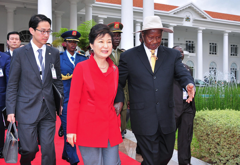 លោកស្រីប្រធានាធិបតីកូរ៉េខាងត្បូងប៉ាក់ គុនហេ និងសមភាគីអ៊ូហ្កង់ដាលោក Yoweri Museveni ថ្ងៃទី៣០ ឧសភា ២០១៦