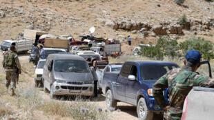 Des membres du Hezbollah escortent les réfugiés syriens souhaitant rentrer au pays. Région frontalière d'Ersal, au Liban, le 12 juillet 2017 (Photo d'illustration).