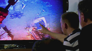 """Imagem do momento da descoberta das caixas-pretas do voo AF447, em maio de 2011, mostrada no documentário """"A Caça ao Voo Rio-Paris"""", do diretor francês Simon Kessler."""