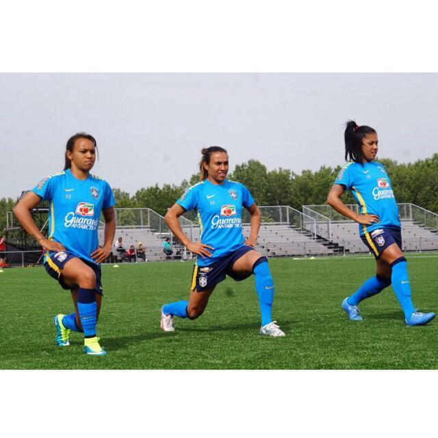 Marta, no centro , é a capitã da seleção brasileira feminina que estreia na competição, na terça-feira, contra a Coreia do Sul, às 19 horas (20 horas de Brasília), no Estádio Olímpico de Montreal.