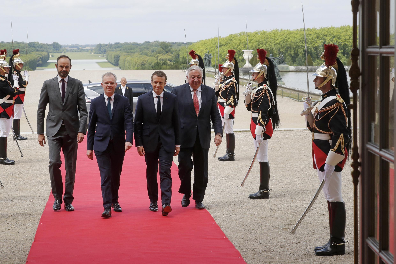 Tổng thống Pháp Macron (thứ ba từ trái), cùng thủ tướng Edouard Philippe (thứ nhất từ trái), chủ tịch Quốc Hội François de Rugy (thứ 2, từ trái) và chủ tịch Thượng Viện Gérard Larcher, tại Lâu Đài Versailles, ngày 03/07/2017.