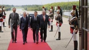 Emmanuel Macron diante do congresso em Versalhes