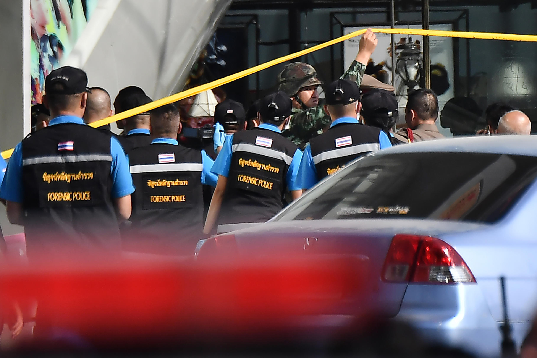 La policía judicial llega al centro comercial donde se ha perpretado el ataque