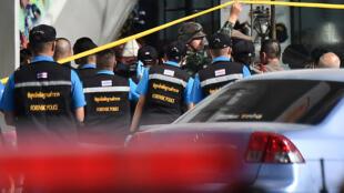La police judiciaire se prépare à entrer dans le centre commercial Terminal 21, où une l'attaque a eu lieu, dans la ville de Nakhon Ratchasima, dans le nord-est de la Thaïlande, le 9 février 2020.