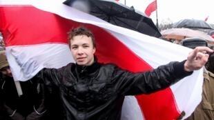 图为参加白俄罗斯抗议活动的反对派媒体Nexta前主编普罗塔塞维奇(Roman Protassevitch)。