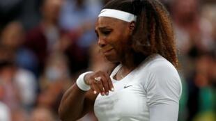L'Américaine Serena Williams quitte le court en pleurs, après s'être blessée lors de son match du 1er tour contre la Bélarusse Alianksandra Sasnovich, le 29 juin 2021 au tournoi de Wimbledon à Londres