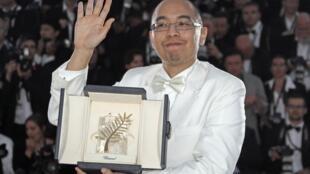 """O diretor tailandês, Apitchatpong Weerasethakul ao receber o prêmio """"Palma de Ouro"""" neste domingo em Cannes."""