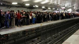"""به علت اعتصاب اتحادیههای شبکه حمل و نقل پاریس در اعتراض به برنامه اصلاح قوانین بازنشستگی ازدحام جمعیت در روز  معروف به """"جمعه سیاه"""" در ایستگاههای مترو  به چشم میخورد. پاریس ٢٢ شهریور/ ١٣ سپتامبر ٢٠۱٩"""