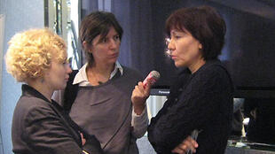 На пресс-конференции в Париже (слева направо): Саша Кулаева (FIDH), журналист Франс Интер, Таджигуль Бегмедова.