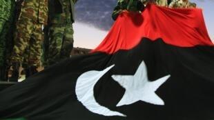 Combatentes anti-Kadafi acenam para a população durante celebrações da liberação da Líbia.