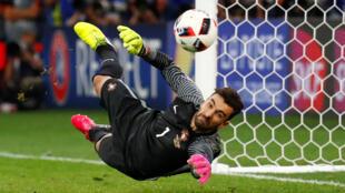 Thủ môn đội Bồ Đào Nha cứu nguy một bàn phạt đền từ danh thủ Jakub Blaszczykowski của Ba Lan, ngày 30/06/2016.