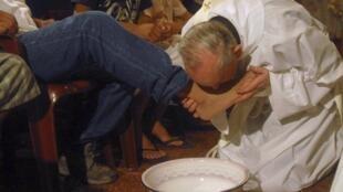 Le nouveau pape argentin François, comme le Christ, lavait les pieds de ses fidèles lors du Vendredi saint. Manuela dit aujourd'hui en avoir «la chair de poule». (Photo : Jorge Mario Bergoglio en mars 2008).