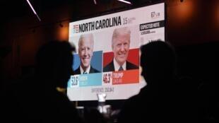 Donald Trump a remporté la Floride avec une marge plus importante qu'en 2016. Ici, les électeurs suivent le dépouillement des votes dans un bar de Miami.